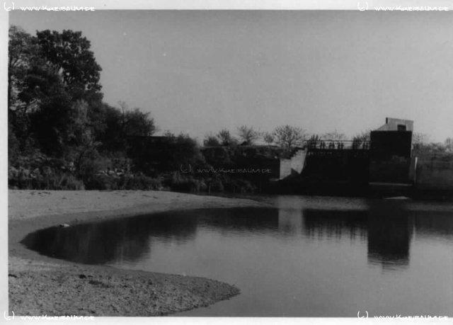 Das Innerste-Wehr in Sarstedt, ca. 1950  Das Wehr trennt die Malzfabrik und den Bruchgraben von der Innerste, die - nachdem sie durch Sarstedt geflossen ist - in die Leine mündet.